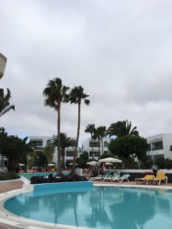 Oasis Lanz Beach Mate: Even on an overcast particularly windy day it's lovely. Pool area stunning albeit a little short
