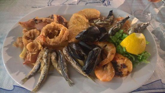 Molos Restaurant: Mixed fish dish