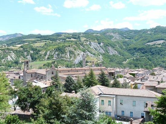 Боббио, Италия: dal Castello immagini del Parco sopra il borgo di Bobbio e l'Abbazia, con panorama verso il Treb