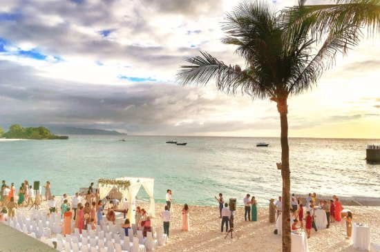 Shangri-La's Boracay Resort & Spa: 샹그릴라 비치에서 열린 결혼식