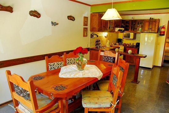 Rotui Apart Hotel: Cabaña Presidencial - Vista del comedor y cocina.