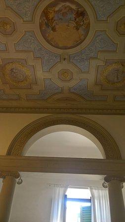 Casa Santo Nome di Gesu: В нашем номере были и колонны с аркой, и фрески на потолке