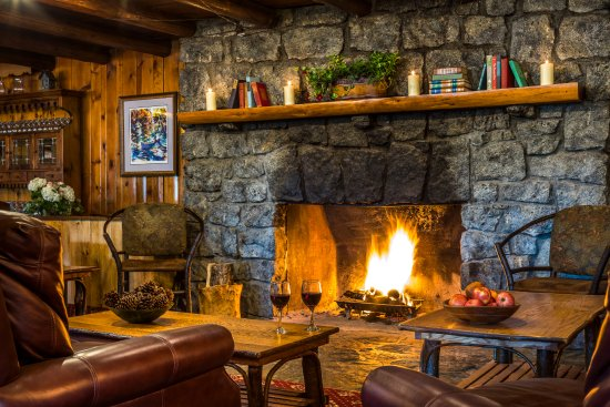 North River, NY: Wait for your table by the fire or relax with a drink after dinner