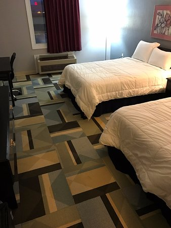 Benton, IL: Two Double Beds