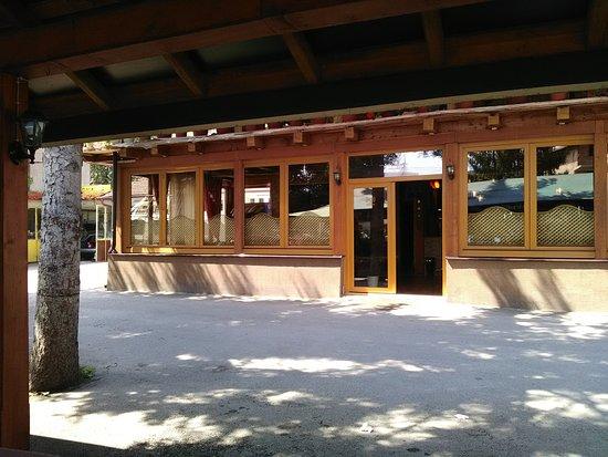 Donji Vakuf, Bosnia and Herzegovina: Entée motel et restaurant - parking