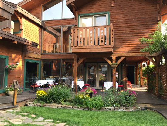 The Alpine House Lodge & Cottages: Seating available outside for breakfast or just relaxing