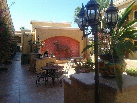 Hacienda Suites: Mesas y jardines
