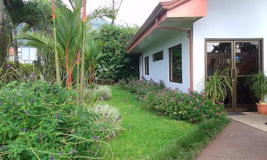 Hotel Vista del Cerro: Jardín y recepción