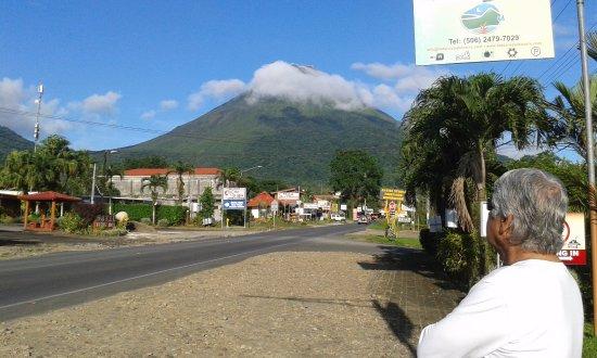 Hotel Vista del Cerro: Frente del hotel con vista al volcán