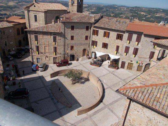 La piazzetta di Gualdo Cattaneo vista dalla Rocca