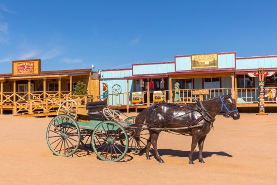Hualapai Ranch: Saunter through town.