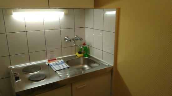 Hotel Charles: Cozinha, decentemente equipada.
