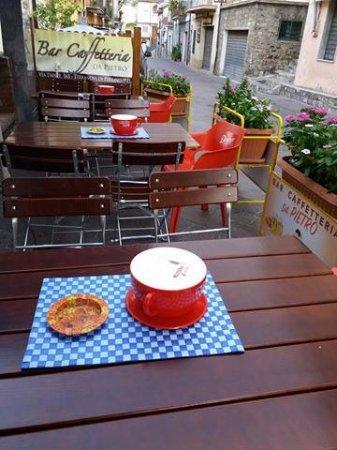 Bar Caffetteria da Pietro: Tavoli all'esterno del bar.