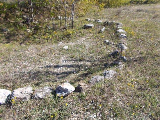 Campovalano, Ιταλία: Circolo di pietre di una tomba a tumulo del VII° sec. a.C.