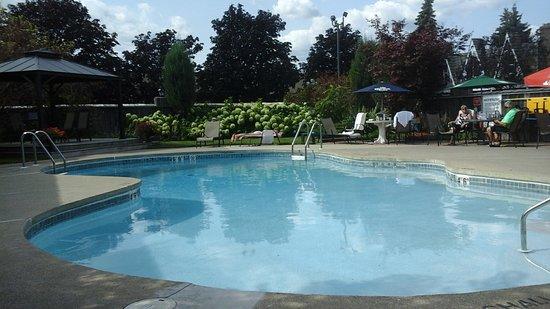 Best Western Fireside Inn: Full service at the pool