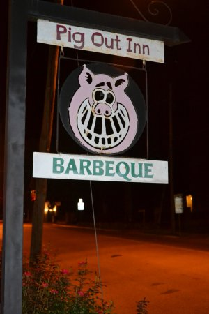 Pig Out Inn Barbeque: Uithangbord