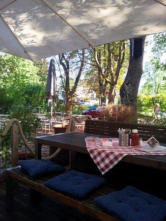 Stadtbergen, Deutschland: schattiger Platz unterm Kastanienbaum
