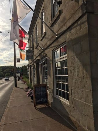 New Glasgow, Kanada: The front of the pub looking toward the river/bridge.