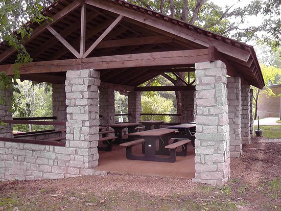 Dover, TN: More than one picnic shelter