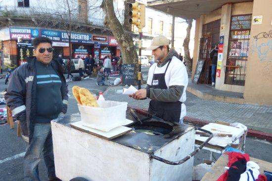 Feria de Tristan Narvaja: muestra de las riquisimas tortas fritas