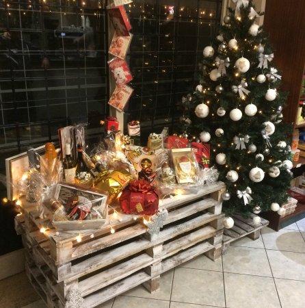 Ancora la nostra vetrina natalizia foto di stilnovo bar spoleto tripadvisor - Addobbi natalizi per cucina ...