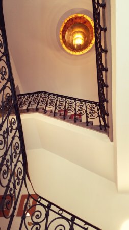 Dom Hotel: Staircase from reception area