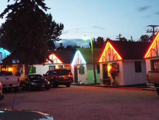 Chalet Motel: loved the neon lights on the cabins. So colorful