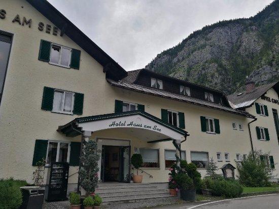 Hotel Haus Am See: Здание и вход в отель.