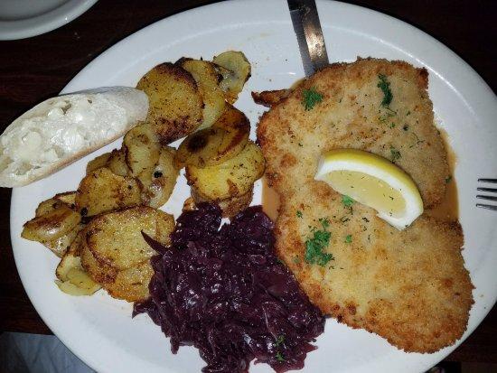 Das Stein Haus: Schnitzel, red cabbage and fried potatoes