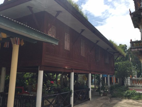 Chachoengsao, Thailand: Old teakwood monks' quarters