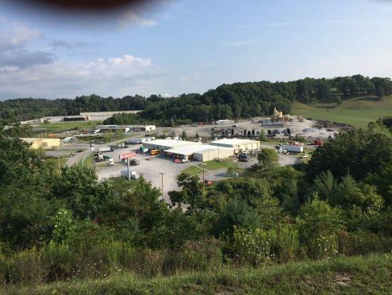 """ปรินซ์ตัน, เวสต์เวอร์จิเนีย: My """"Mountain View"""" from my room the Kenworth Truck facility and concrete plant! Disappointed!"""