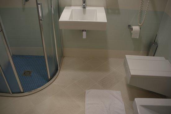 Hotel Colosseo: Room 206 bathroom