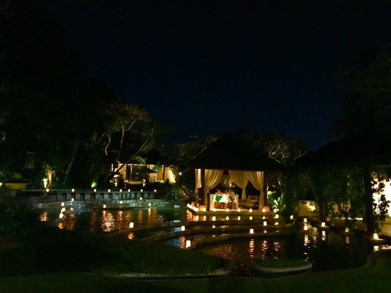 Villa Air Bali Boutique Resort & Spa : Hotelgelände bei Nacht