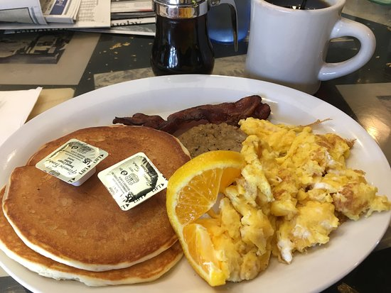 Golden Diner : Pancakes, bacon, sausage, scrambled eggs and maple syrup