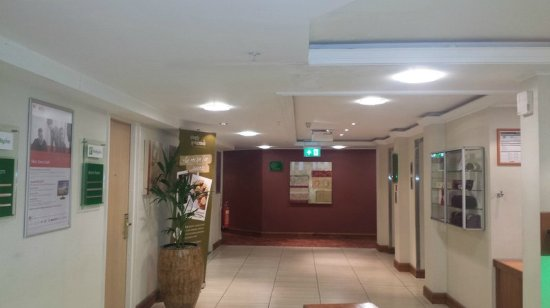 Holiday Inn Northampton: Even getting to your room is a treat. Plenty of space and light.