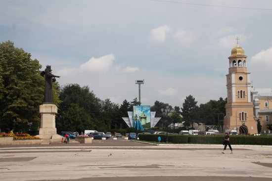 Balti, Moldova: The square with the statue and the church in the background