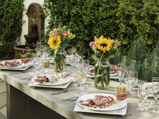 Four Points by Sheraton San Rafael: Patio with dinner settings