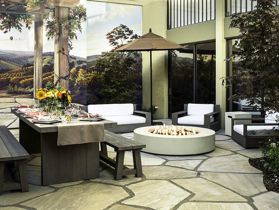 Four Points by Sheraton San Rafael: Patio with dinner settings and fire pit