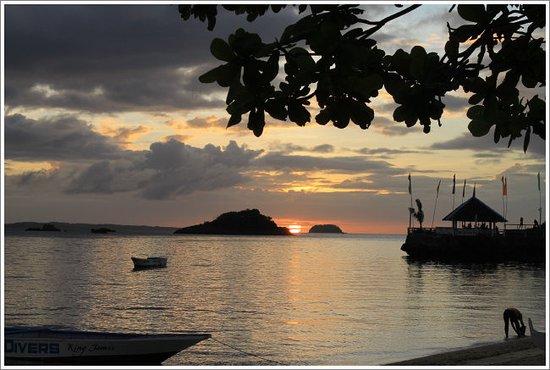Blue Corals Beach Resort: sundown seen the bar tip of the blue corals resort