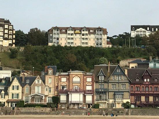 Vue sur l'hôtel (au milieu en haut). Côté plage. Photo de