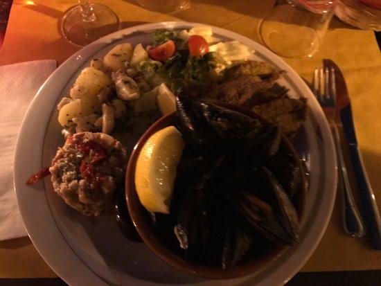 Osteria del borgo: il mio piatto misto tapas: muscoli, panzanella, acciughe fritte e polpo alla tellarina