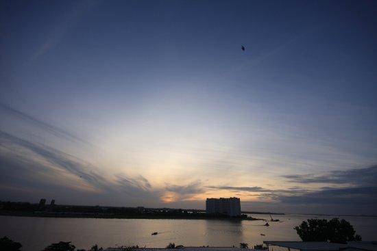 Ohana Phnom Penh Palace Hotel: view from the roftop bar, sunrise
