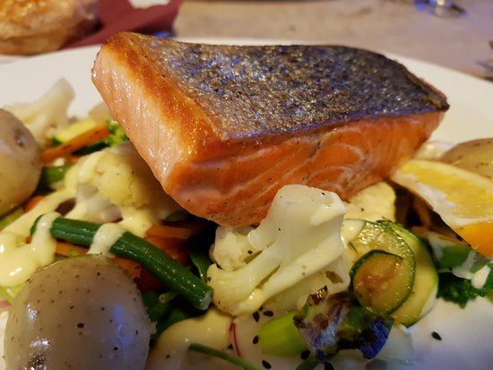 Stewart Island, New Zealand: Perfectly cooked salmon grill with well flavored veges