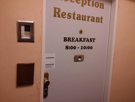 Hotel & Residence Royal Standard: We wanted to check out at 7:30 am and skip breakfast but they locked us in because breakfast is
