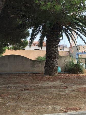 Relax' Otel Le Barcares: Poubelles sur parking Entrée portail envahi par les herbes Abandonné sales