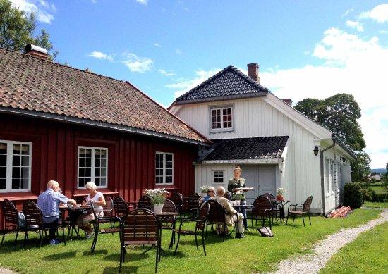 Skien, Norway: Sommerstemning ute på tunet. Henrik Ibsen Museum, Venstøp