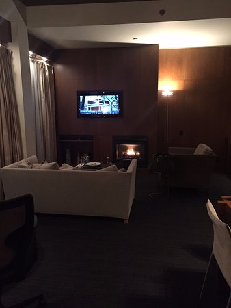 Le Germain Hotel Toronto Mercer: Suite Prestige avec foyer. Sofa ultra confortable