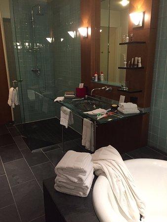 Le Germain Hotel Toronto Mercer: Super grande salle de bain. Suite Prestige