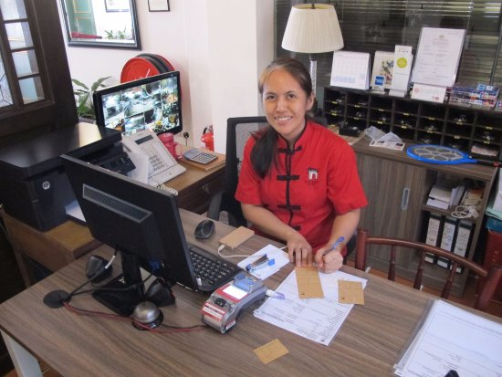 Yeng Keng Hotel: Very efficient and friendly hotel front desk staffer