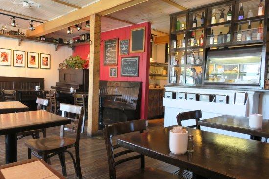 Cafe Boheme: Innenbereich mit Blick in die Küche